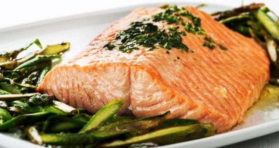 salmón con cama de verduras al vapor. Nutrición. Dieta