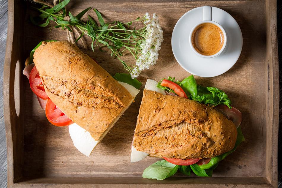 Desayuno. Café con bocadillo vegetal. Nutrición. Dieta