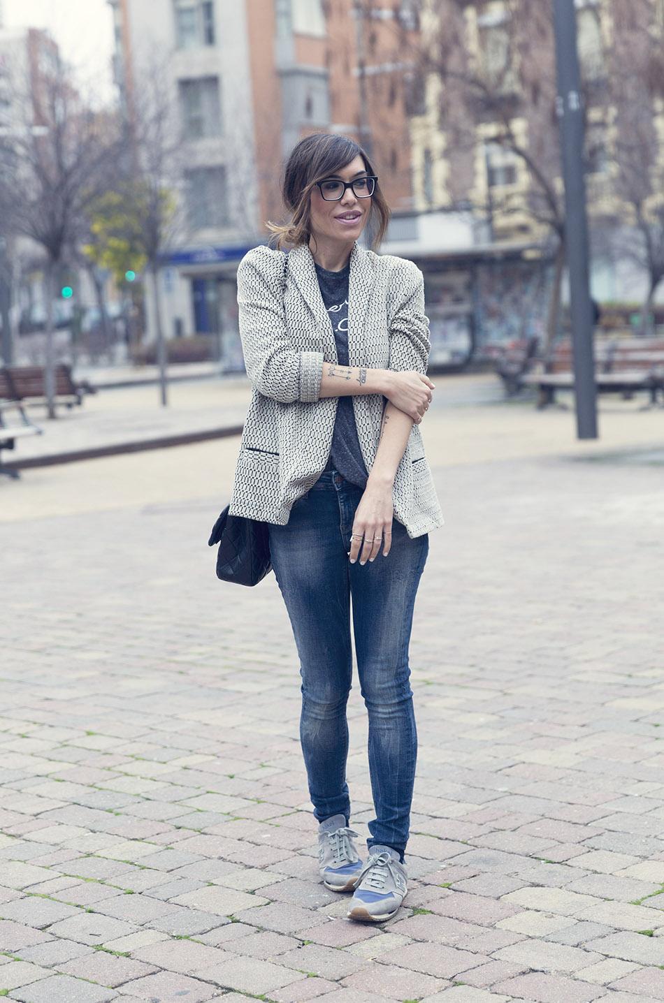 streetstyle con camiseta de à bicyclette, blazer de anna studio, jeans de hakei, bolsos 2.55 de chanel y gafas de the fab glasses. bárbara crespo. sneakers hakei
