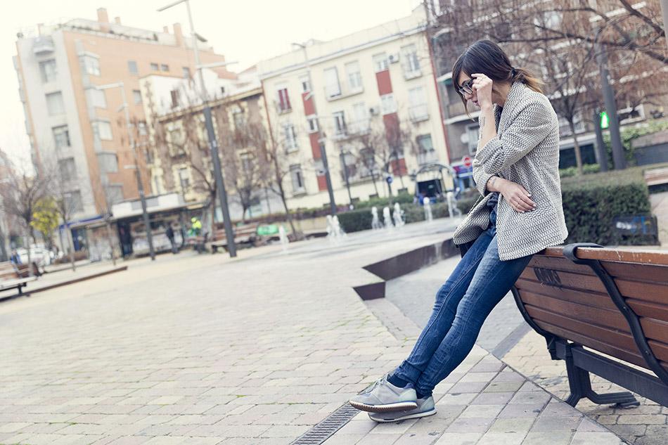 streetstyle con camiseta de à bicyclette, blazer de anna studio, jeans de hakei, bolsos 2.55 de chanel y gafas de the fab glasses. bárbara crespo