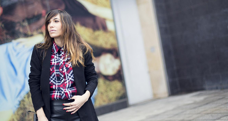 look de street style con camisa de cuadros, pantalones pitillos de cuero, sneakers rojas de hakei y blazer