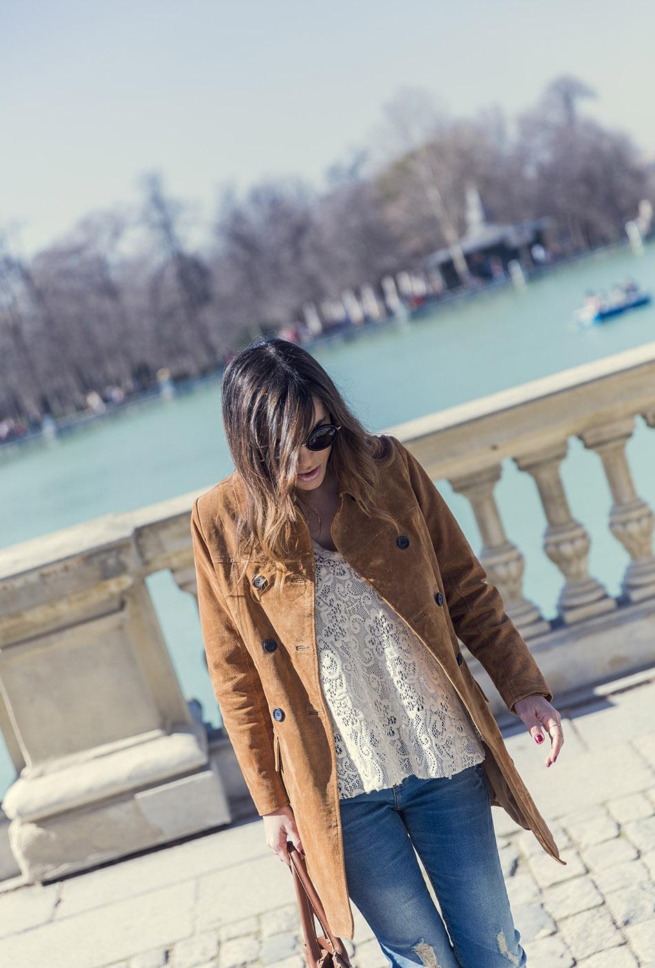 look de street style con chaqueta tipo levita de ante, top  de encaje, ripped jeans y botines de estampado leopardo. bárbara crespo