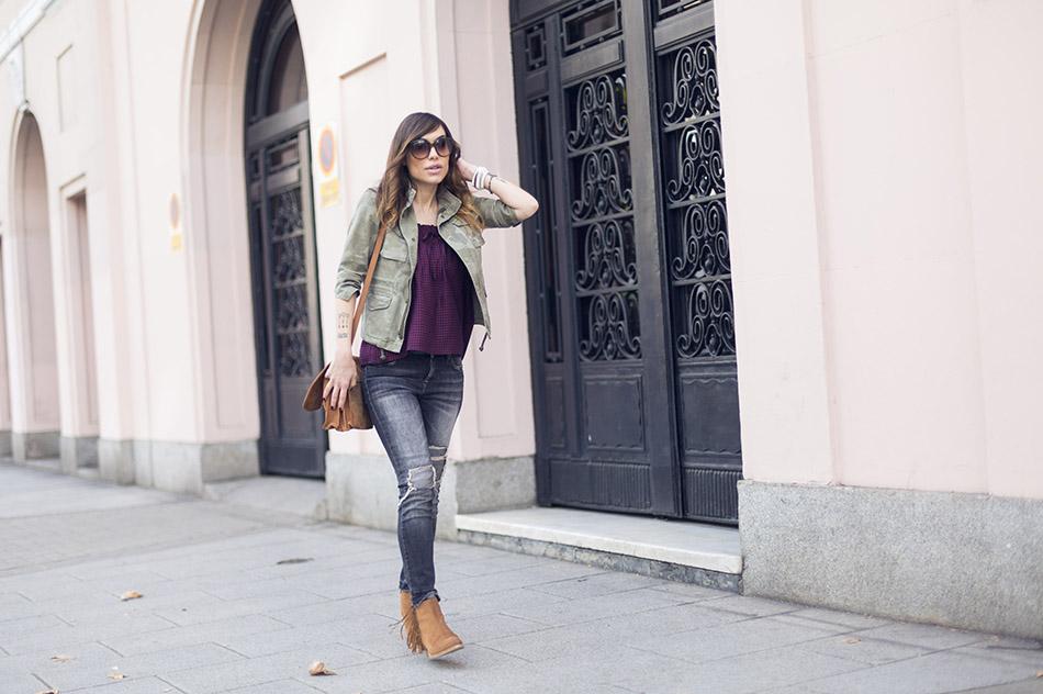 look de street style con chaqueta de estampado militar, top de cuadros vichy, pitillos y botines de flecos. bárbara crespo