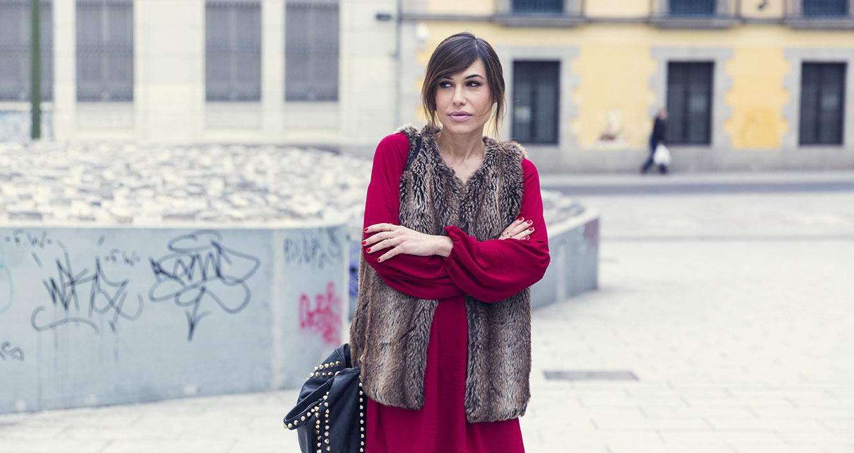 Blusa estilo bohemio de Hakei, chaleco de piel falsa de Zara, botines de flecos y bolso con tachuelas . Bárbara Crespo