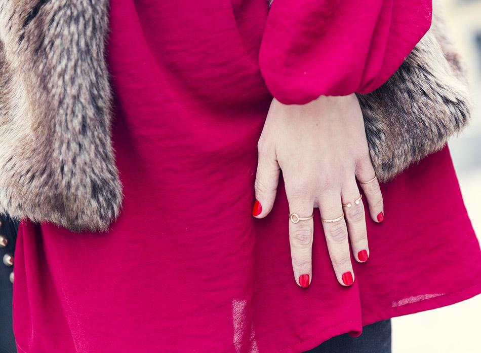 Blusa estilo bohemio de Hakei, chaleco de piel falsa de Zara, botines de flecos y bolso con tachuelas . Bárbara Crespo. Manicura en rojo