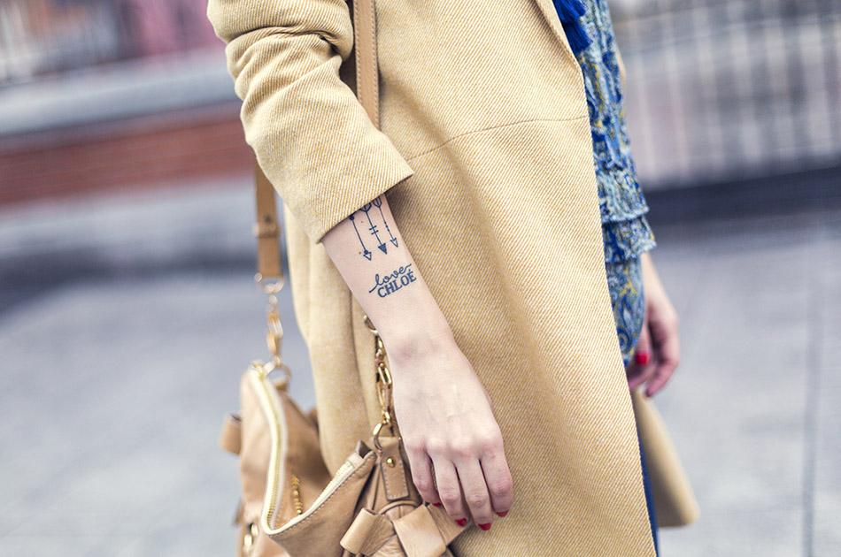 look de street style con levita en color mostaza de Hakei, blusa estilo boho con estampado paisley de  Ralph Lauren, bolso Miu Miu, sombrero y botines arson. bárbara crespo. tattoo flechas. arrows tattoo