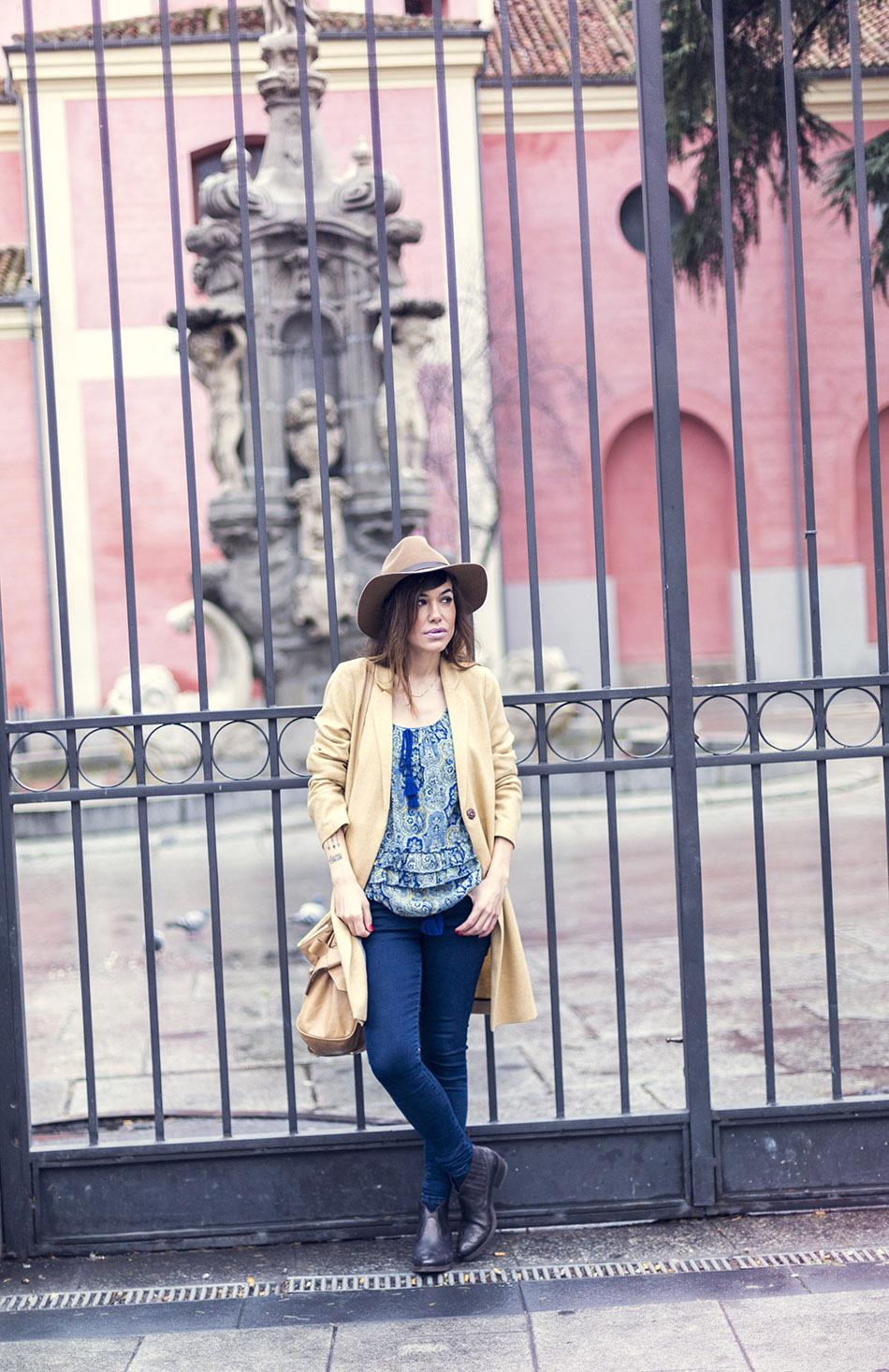 look de street style con levita en color mostaza de Hakei, blusa estilo boho con estampado paisley de  Ralph Lauren, bolso Miu Miu, sombrero y botines arson. bárbara crespo