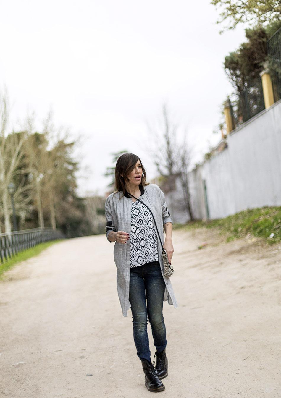 look de street style con camisa larga de inspiración baseball, top de print étnico en blanco y negro, jeans y doctor martens. bárbara crespo
