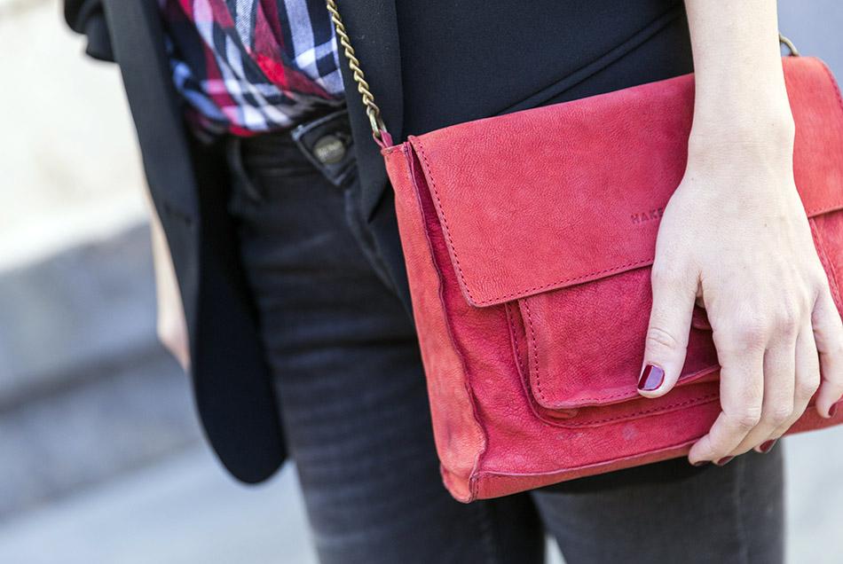 look de street style con blazer negra, camisa de cuadros, jeans reiko, zapatillas nike y bolso rojo bandolera de hakei