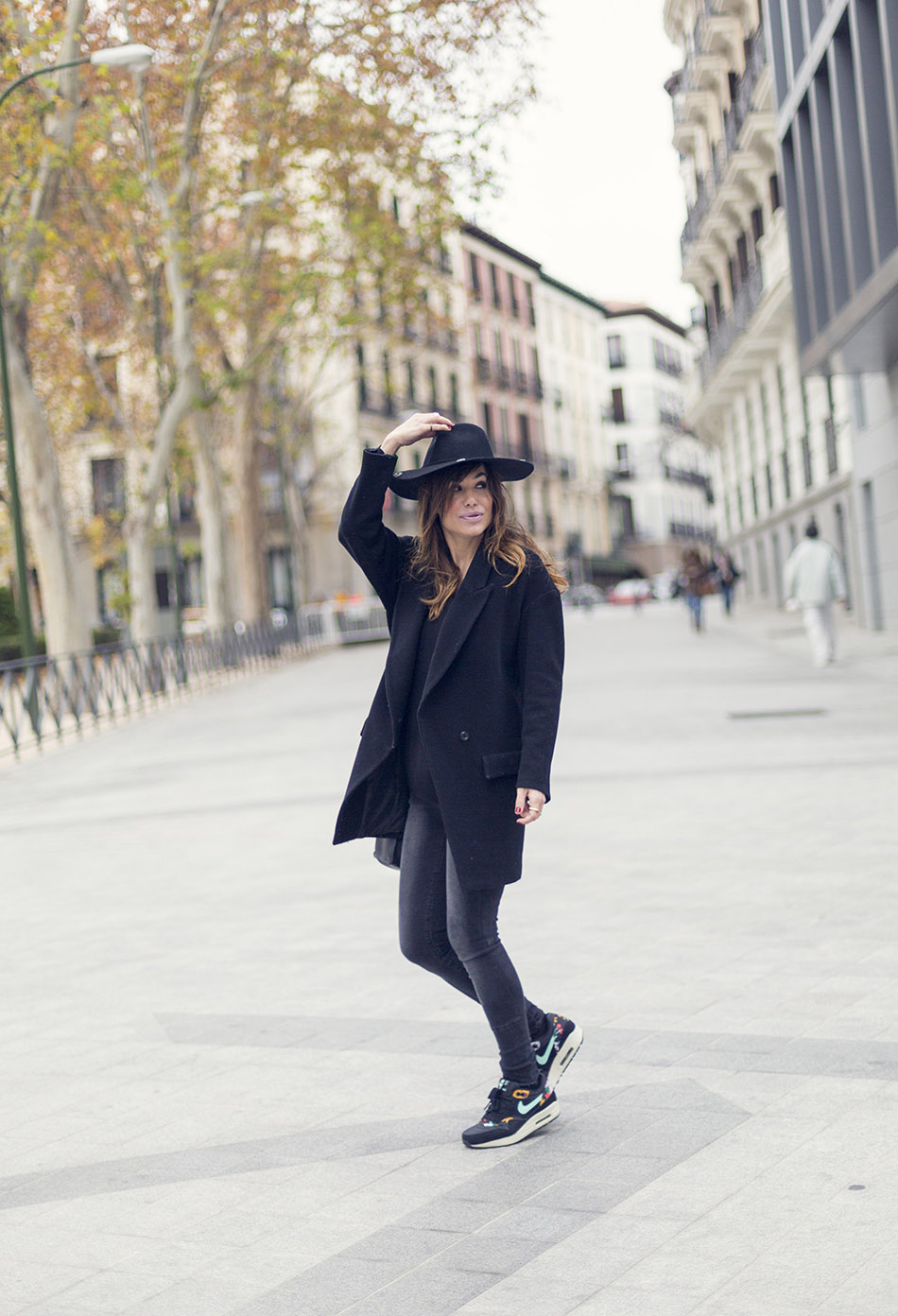 Look de street style con sneakers originals de Adidas, sombrero fedora de Mango, bolso Hakei .Bárbara Crespo