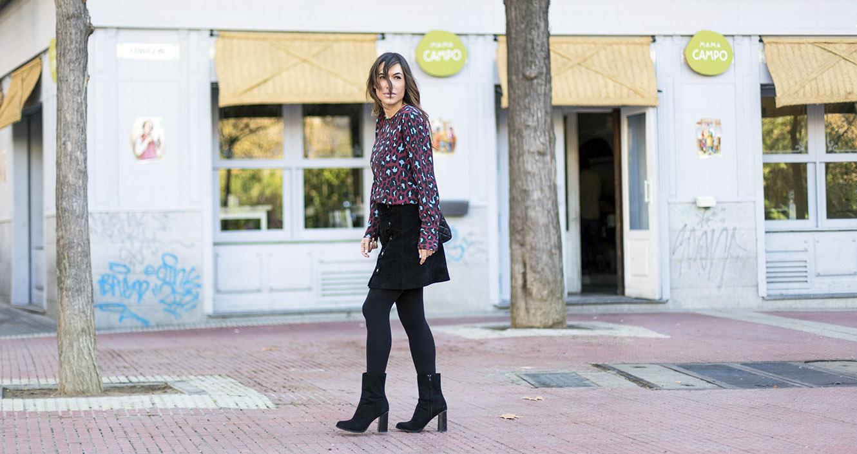 Look de street style con camisa de animal print de leopardo, falda de ante de color negro de Hakei y botines estilo setenta de Mango. Bárbara Crespo