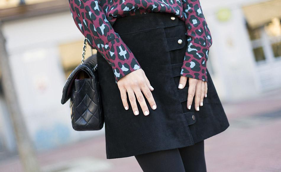 Look de street style con camisa de animal print de leopardo, falda de ante de color negro de Hakei y botines estilo setenta de Mango. Bolso 2.55 de Chanel. Bárbara Crespo