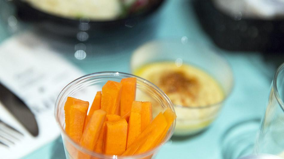 RESTAURANTE TXURRU DE COMIDA RÁPIDA , INGREDIENTES NATURALES. hummus y palitos de zanahoria