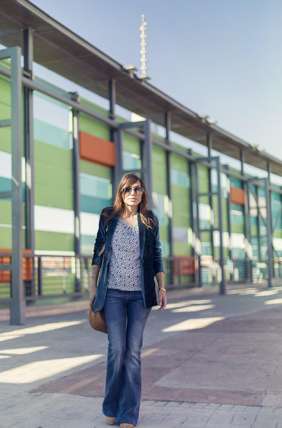 look de street style con blazer de tercioelo, top de animal print, flared jeans, bolso bandolera de Loewe y gafas de sol aviator