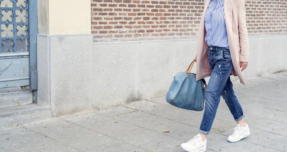 look de street style con liujo denim ripped jeans, camisa de rayas, nike airmax sneakers y bolso carolina herrera