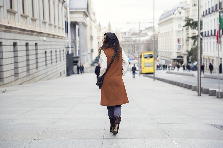 look de street style con pantalón tipo pijama, blusa de raso, chaleco de lana, pañuelo de colores y bolso bandolera de cuero