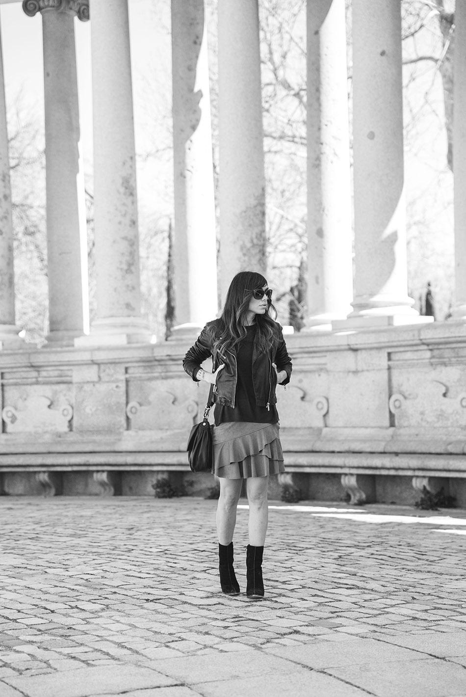 look de street style con chaqueta de cuero estilo perfecto, jersey en color granate, falda mini de volantes, botines de ante estilo setenta y bolso estilo bandolera de Marc Jacobs. Mango. Bárbara Crespo