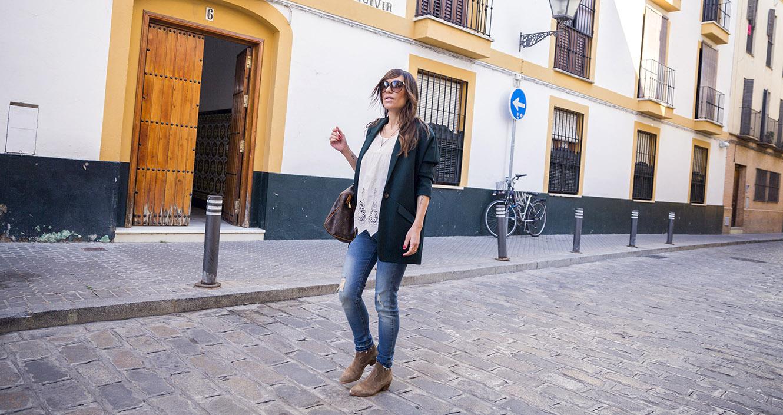 look de street style con top de estilo boho de leon and harper, jeans ripped de hakei, botines en ante y blazer masculina en color verde esmeralda