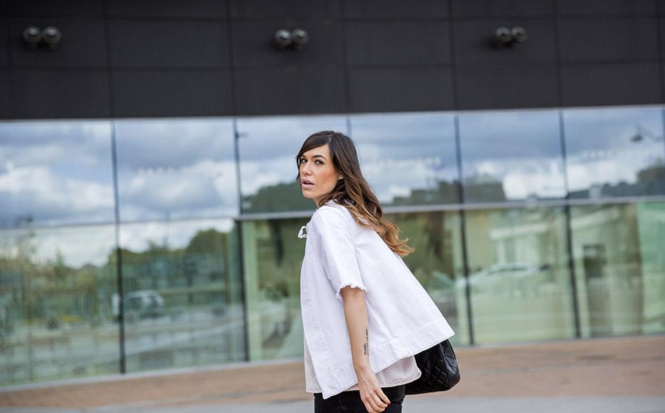 look de street style con chaqueta tipo blusa en tejido denim de color blanca, top lencero, skinny jeans, botas doctor martens y bolso chanel
