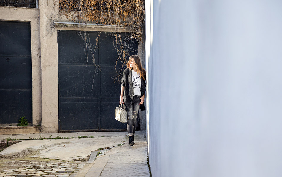 look de street style con blazer masculina o relaxed blazer, camiseta de algodón, jeans desgastados o ripped jeans, botines de Sendra y bolso Loewe