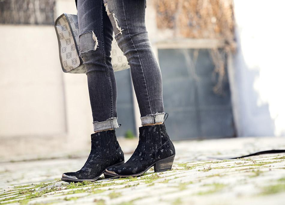 look de street style con blazer masculina o relaxed blazer, camiseta de algodón, jeans desgastados o ripped jeans, botines de Sendra, arson boots y bolso Loewe