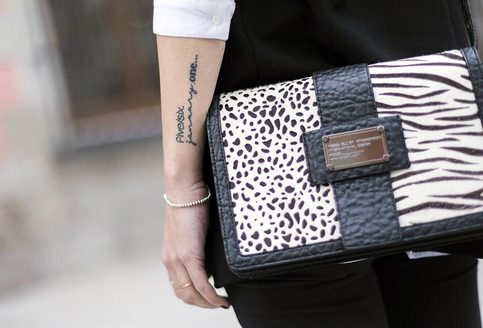 tattoo. lettering. tattoo frase. look de street style con camisa blanca masculina de hakei, leggins estilo moto de HM, botines con tachuelas doradas y bolso bandolera con print en blanco y negro