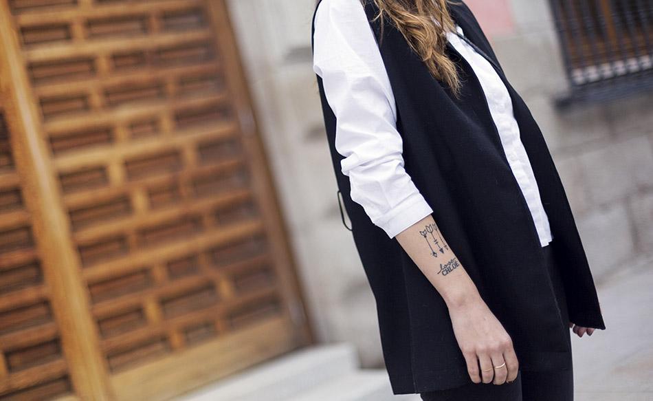 tattoo flechas. arrow tattoo. look de street style con camisa blanca masculina de hakei, leggins estilo moto de HM, botines con tachuelas doradas y bolso bandolera con print en blanco y negro