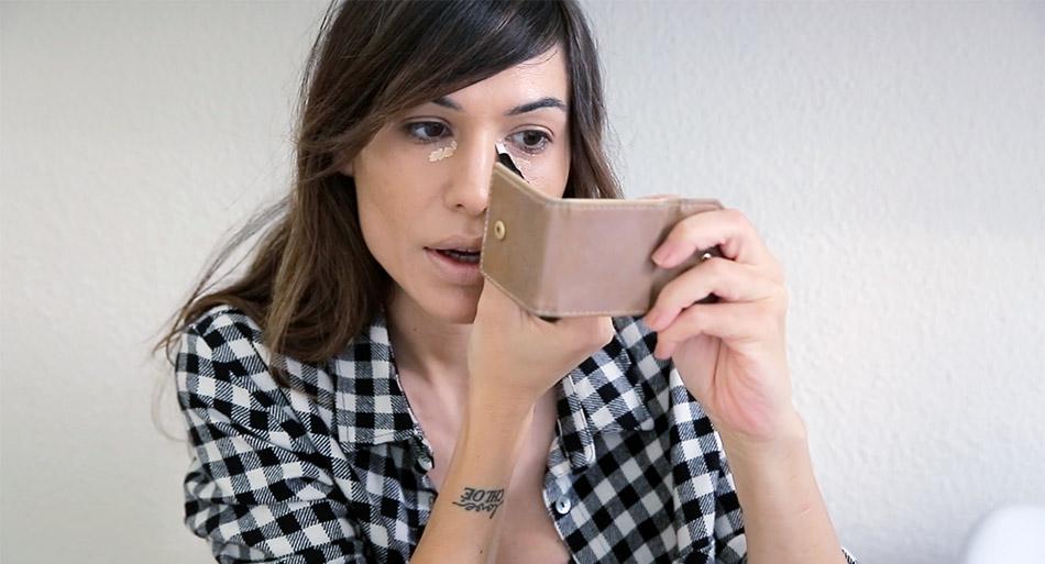 Bárbara Crespo maquillándose
