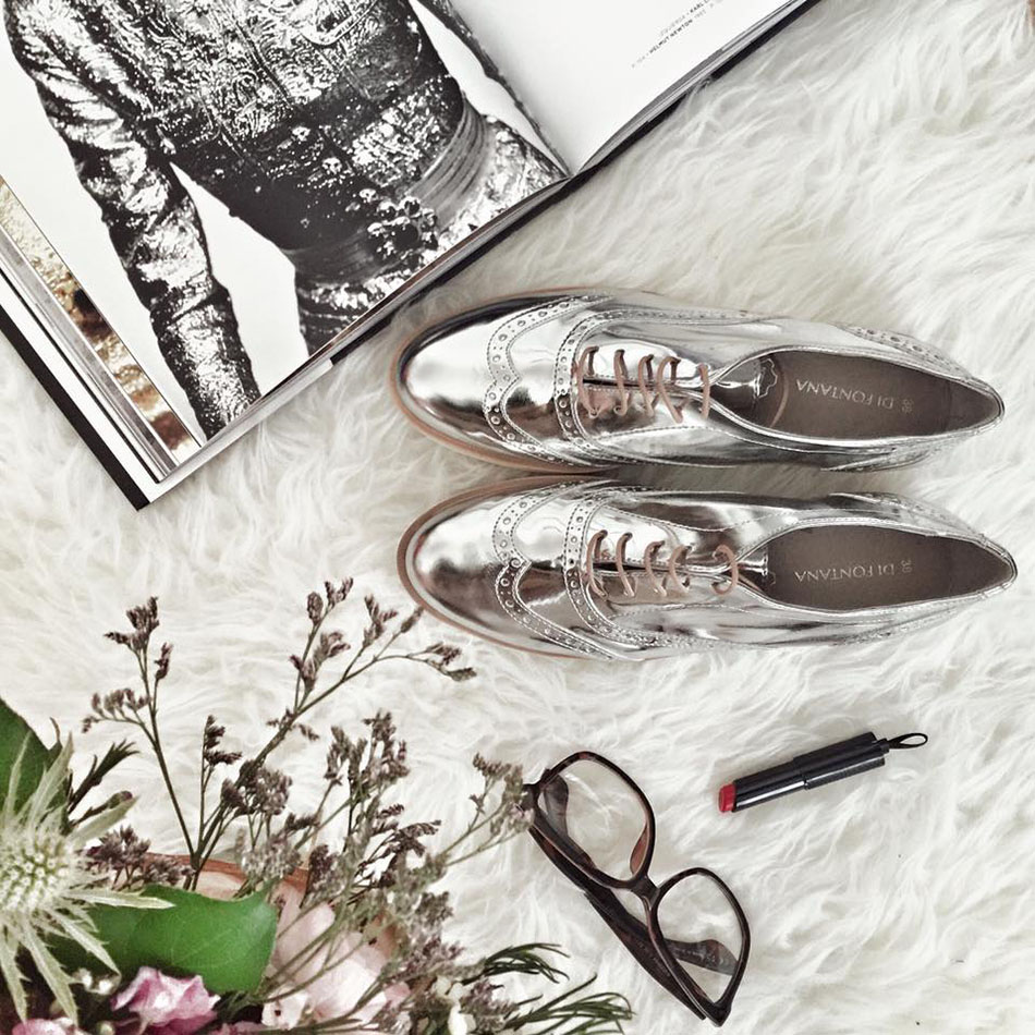 bodegon con zapatos plateados
