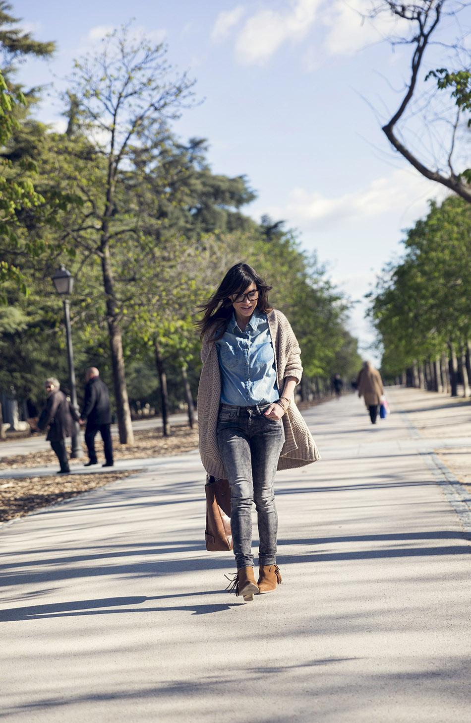 look de street style con cardigan de lana en color beige, camisa vaquera , jeans pitillo, botines y volos de cuero marrón estilo shopping