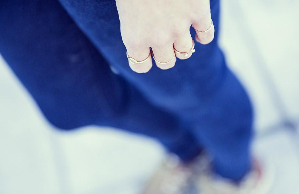 midi rigs. look de street style con chaqueta de ante con flecos, camisa blanca, jeans pitillo y sneakers