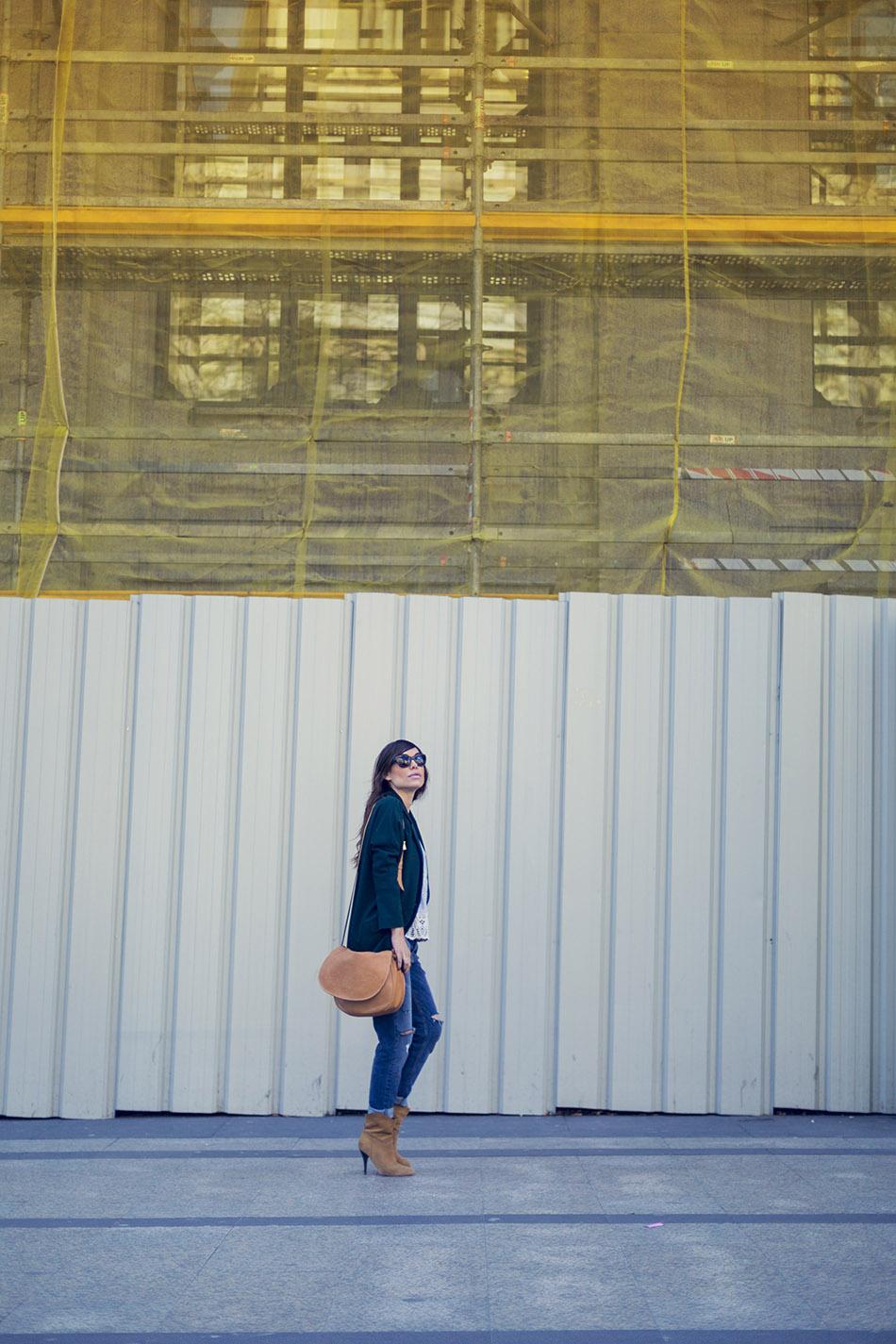look de street style con chaqueta de estilo masculina en color verde esmeralda de hakei, top con calados de Leon and Harper de Leonce, pantalones boyfriend de Liu Jo, botines de ante de tacón de Mango y bolso de Loewe