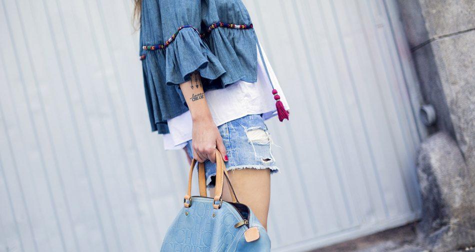 look de street style con chaqueta con bordados étnicos de Zara, blusa con volante de COS, shorts en denim con rotos y botines Isabel Marant