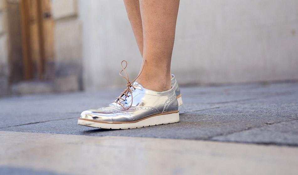 look de street style con vestido recto denim de manga corta y botones en el delantero, y zapatos oxford plateados