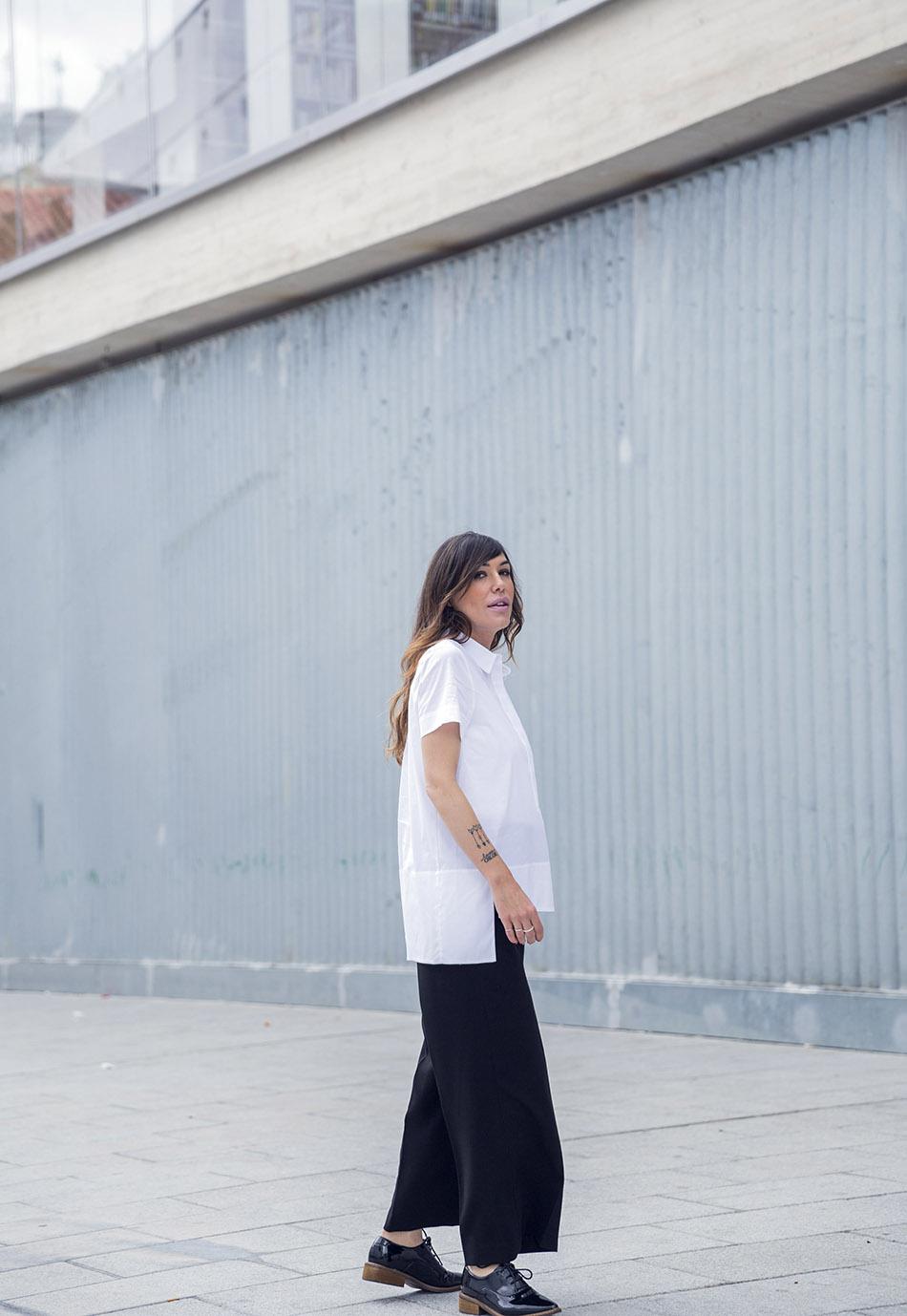 look de street style con camisa de manga corta asimétrica estilo japonés de COS, pantalones estilo culotte de Hakei y zapatos tipo oxford de charol