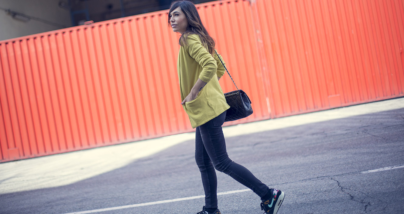 street style leonce yellow jacket nike sneakers chanel bag 01