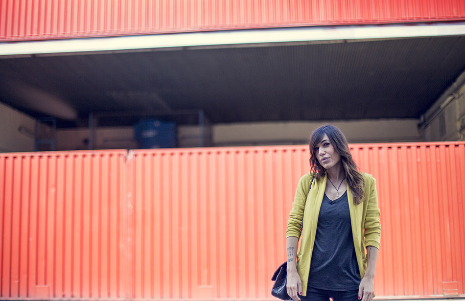 look de street style con blazer de color amarillo de American Vintage en algodón, camiseta basica en color negro, jeans pitillo sknnie de reiko, sneakers nike