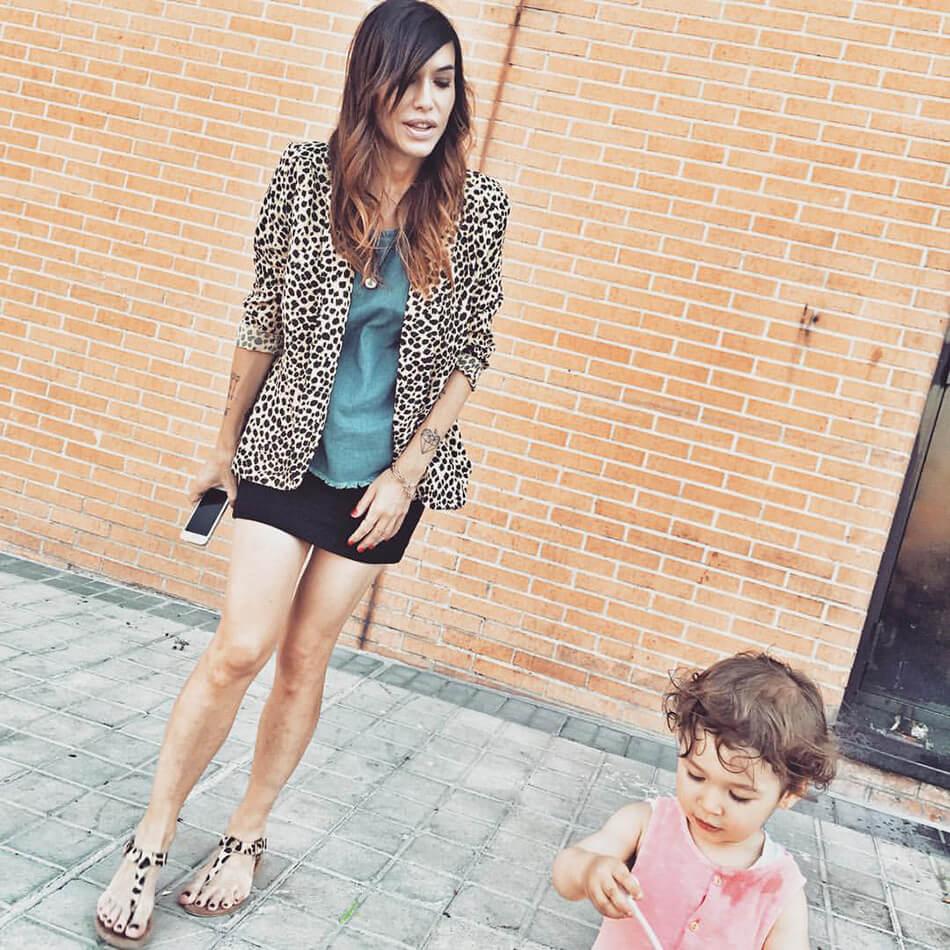 look de street style con chaqueta de animal print de The Mink Pink, top denim y mini falda negra de Kiabi, y sandalias de animal print