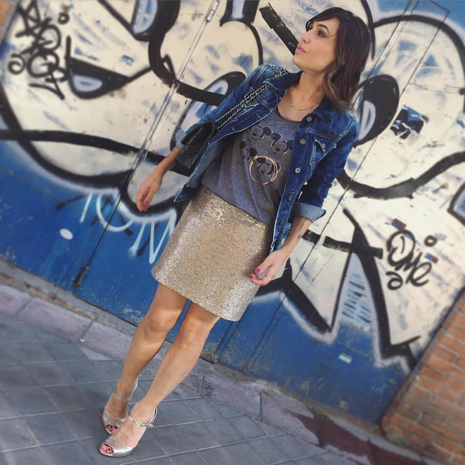 look de street style con camiseta de Kiabi y falda de paillettes de Hakei