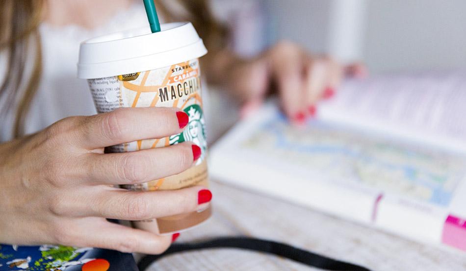 café frío para beber de starbucks caramel macchiato