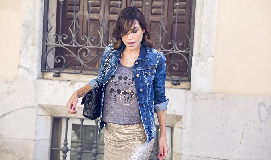 look de street style con cazadora vaquera denim desgastada de pepe jeans, camiseta de tirantes con dibujos de Mickey Mouse de Kiabi, falda de paillettes dorados de hakei y sandalias de tacon doradas