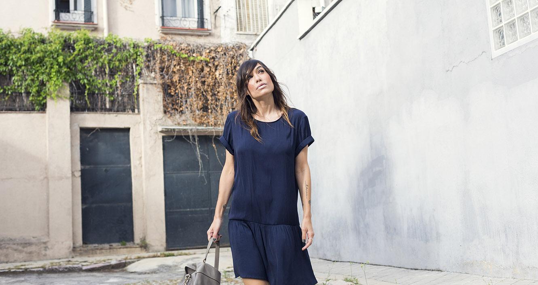 look de street style con vestido azul marino de american vintage, zapatos plateados estilo oxford , bolso gris de purificación garcia