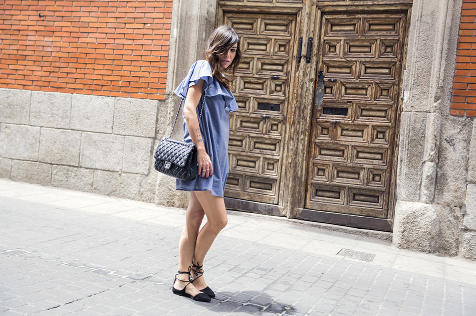 street style hakei blue dress and sandals prada sunglasses 04