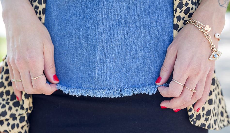 look de street style de Bárbara Crespo con chaqueta de la marca the mink pint en estampado animal print, top denim y mini elástica negra, y sandalias planas de tiras con estampado animal print