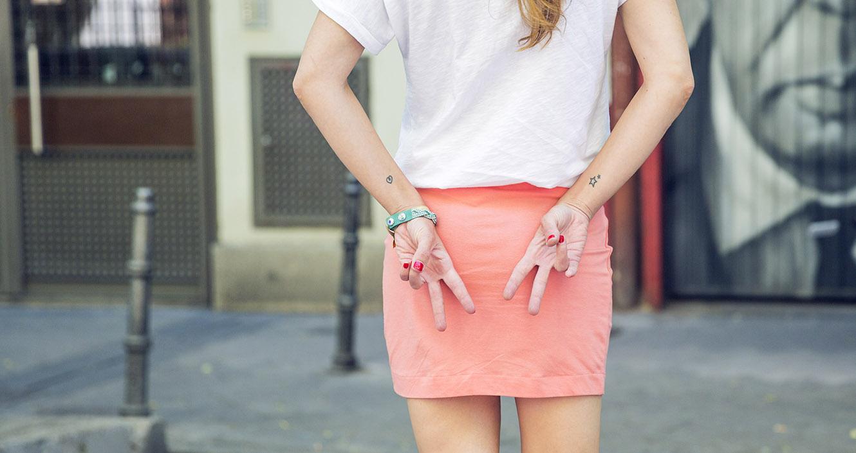 look de street style con minifalda de algodón en color naranja de Kiabi, sandalias anudadas al tobillo de Hakei y camiseta de dear tee
