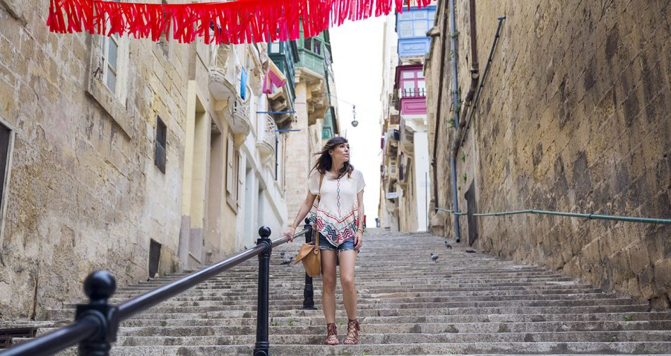 look de street style con top multicolor con volante y vuelo, shorts levis, sandalias de ante botinadas y con flecos y bolso de Loewe