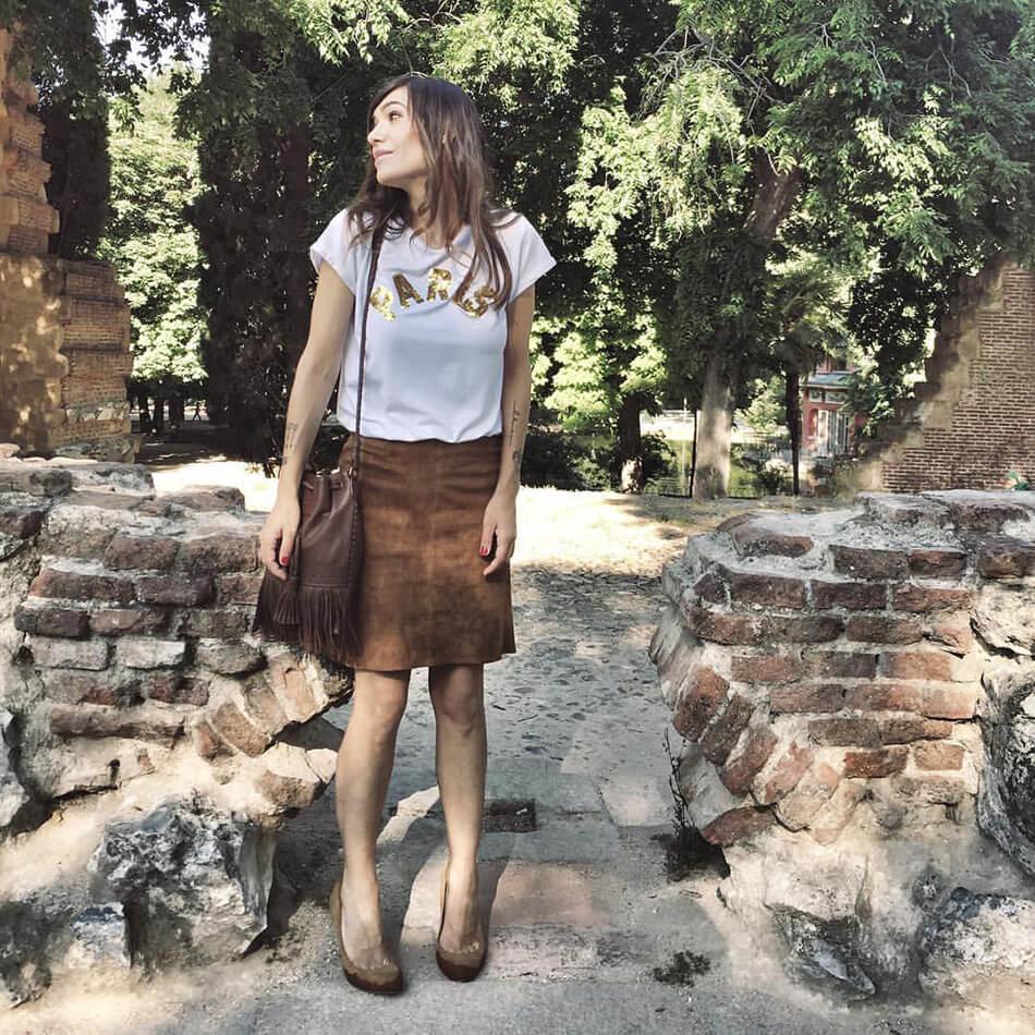 look de street style con camiseta de A Bicyclette y falda lápiz de ante de Zara
