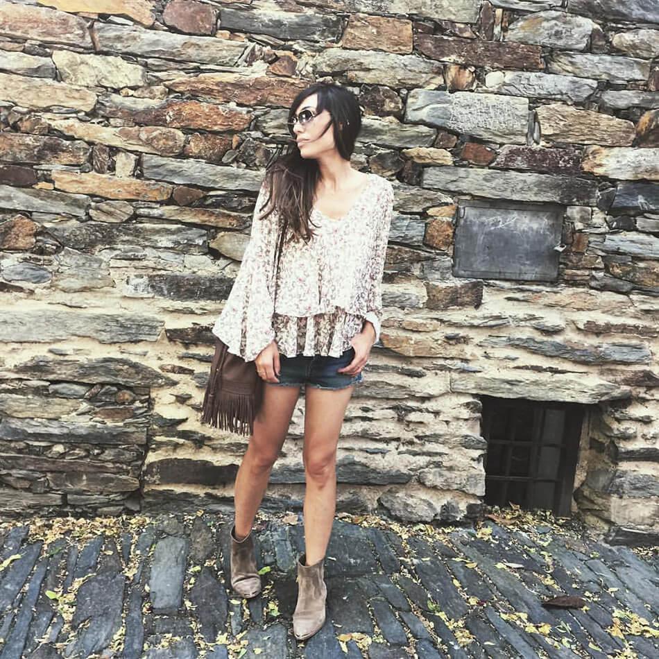 look de street style con blusa de vuelo de flores de El Corte Inglés