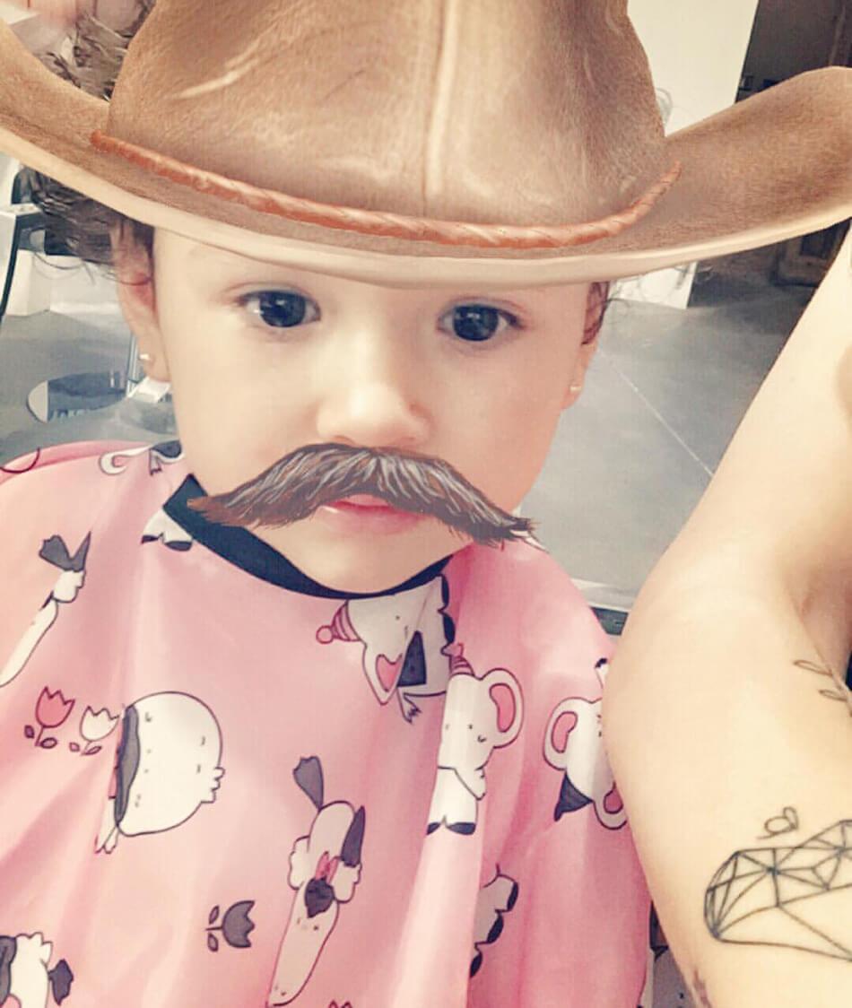 bebé con bigote