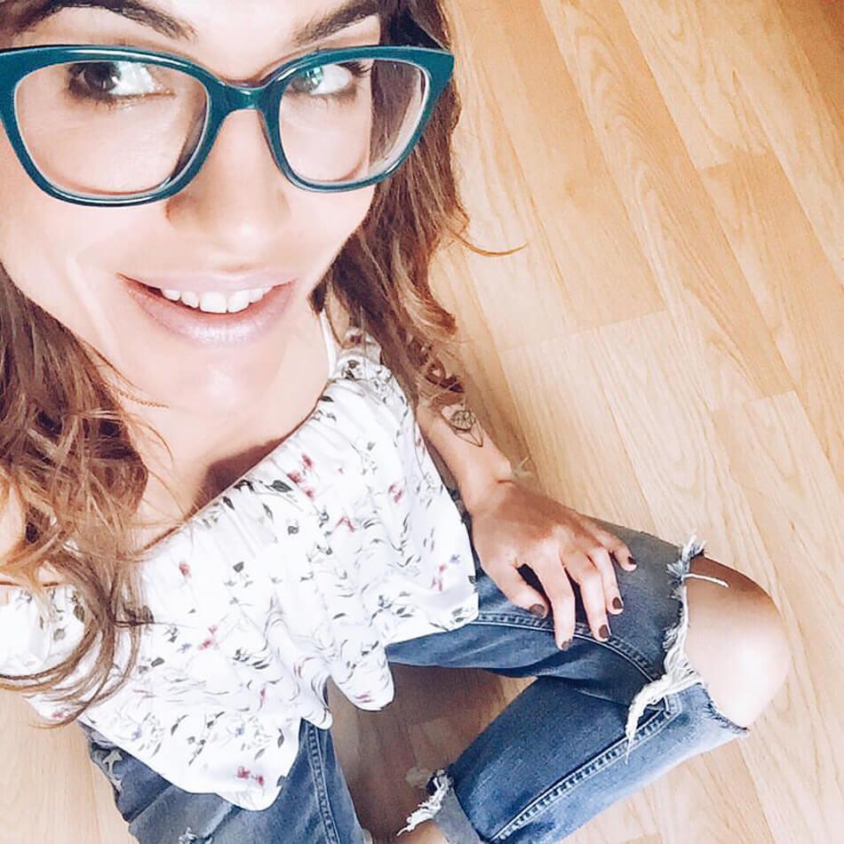 chica con gafas de ver de color azul de la marca The Fab Glasses